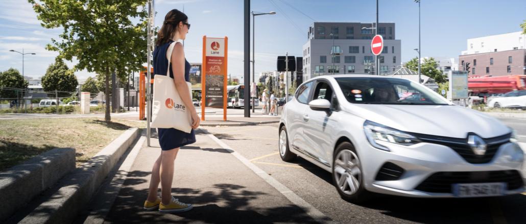 Prise en charge d'une passagère à un arrêt de covoiturage sans réservation Lane