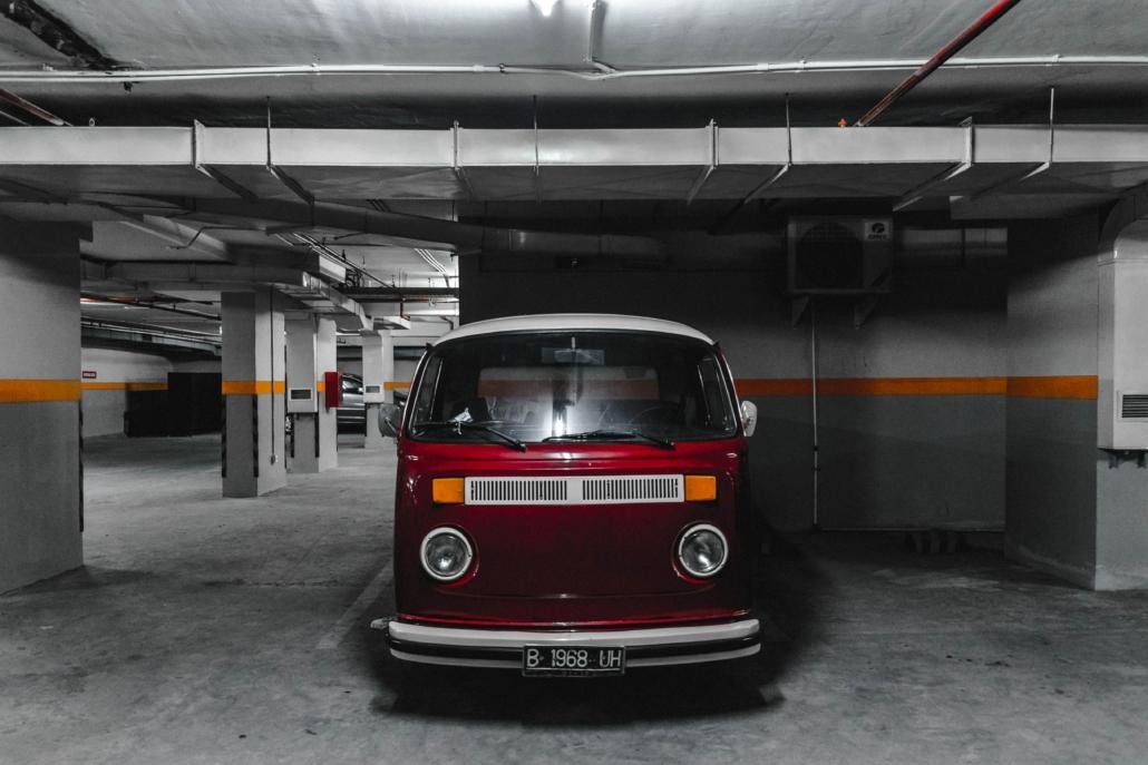 Véhicule stationné dans un parking.